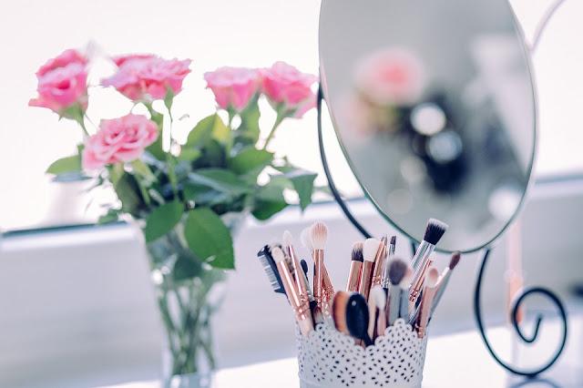 9334d makeup 2589040 960 720 - GONE IN 60 SECONDS! 5 PRACHTIGE PRODUCTEN WAARMEE JE SNEL EN GEMAKKELIJK EEN MOOIE LOOK KAN CREËREN